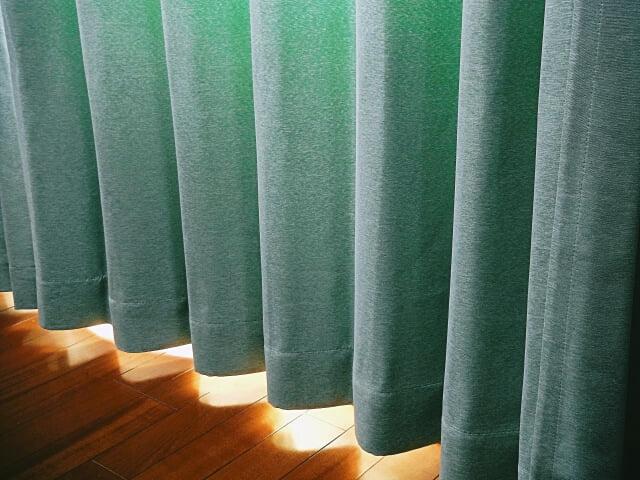 遮光カーテンで西日を防ぐ