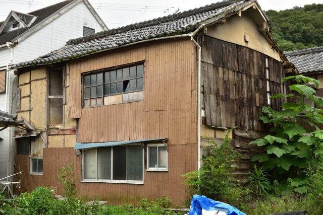 古い空き家の傾き