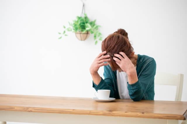 家が売れないストレスに悩む女性